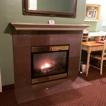 Grass Valley Courtyard Suites: Fireplace