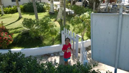 Hotel Windsurfers Oasis : Portão que dá acesso à praia.