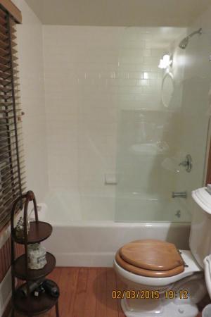 1708 House: clean bathroom