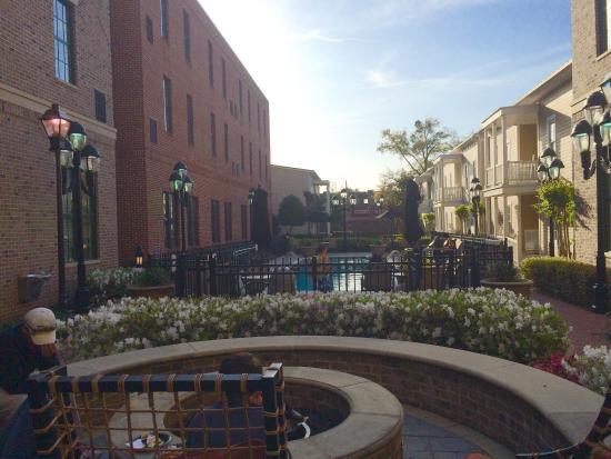 Residence Inn Savannah Downtown/Historic District: Firepit poolside!