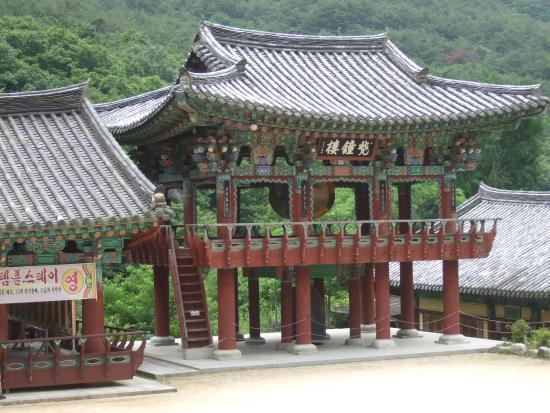 Miryang, كوريا الجنوبية: 梵鐘楼 寺院で用いる釣鐘を「梵鐘」というそうです。