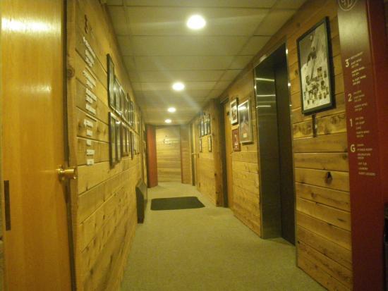 Goldminer's Daughter Lodge: hallway