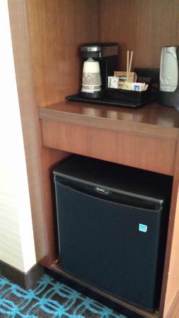Fairfield Inn & Suites Vernon: coffee items and fridge