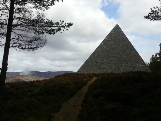 Balmoral Castle: Prince alberts pyramid satue