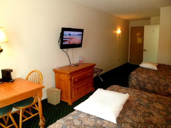 Red Roof Inn & Suites Knoxville East : adequately sized room