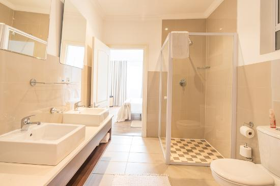 Gordon's Bay Luxury Apartments: Large bathroom