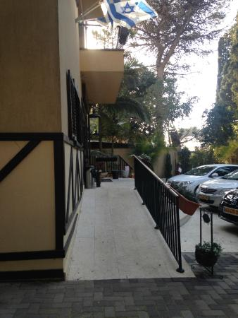 Villa Carmel Boutique Hotel: Sideview of entrance