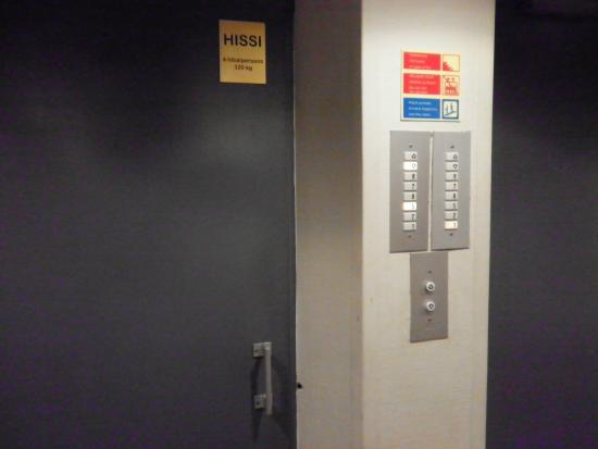 Cumulus Kallio Helsinki: 手動式ドアのエレベーター