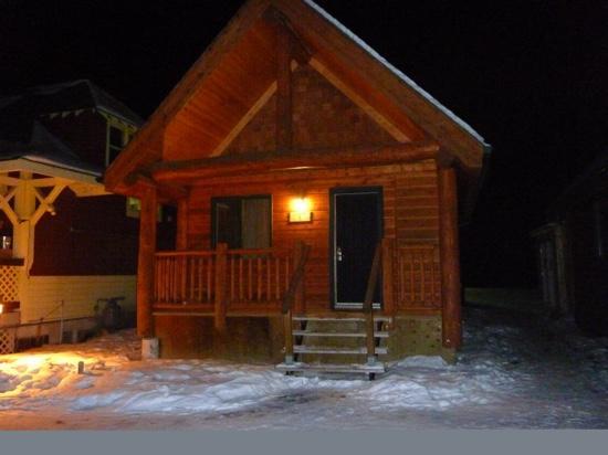 HI-Banff Alpine Centre: separate cabins at the Banff Hostel