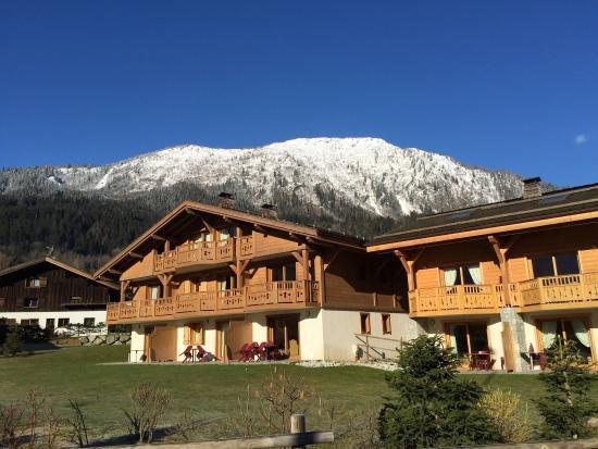 Résidence CGH Hameau de Pierre Blanche : Fachada de uno de los chalets en los que hay diversos apartamentos. Todos tienen su balcón.