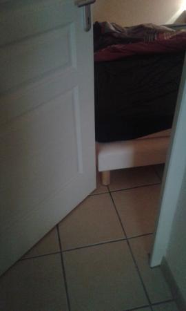 Madame Vacances Résidence La Marquisié : la porte s ouvre pas il faut pousser les lits contre les murs