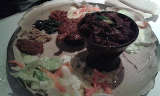 Restaurant Sheger: Mixte boeuf poulet, et boeuf aux épices présentés ensemble