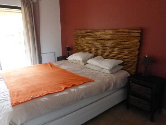 Mountain View Lodge Montagu: Spacious room, comfortable bed.