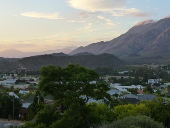 Mountain View Lodge Montagu: Sunrise over the mountains and Montagu.