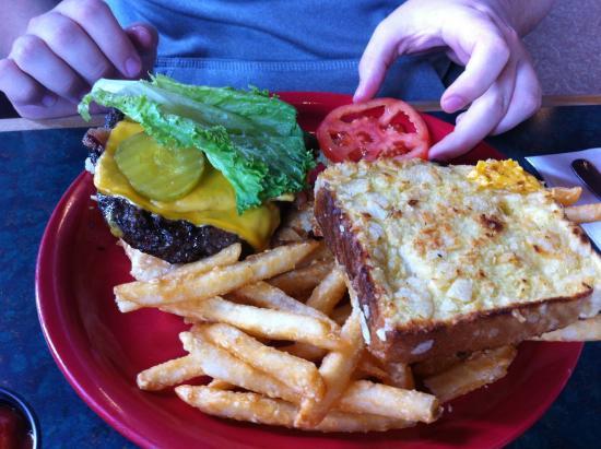 Elmer Lovejoy's Bar & Grill: Crunch Burger