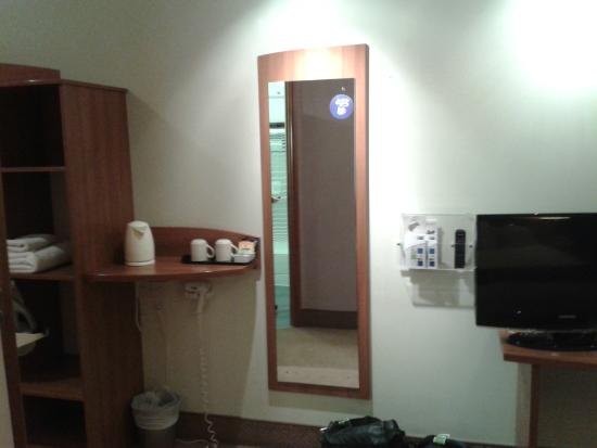 Holiday Inn Express Braintree: Vanity area