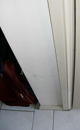 High Cross Park Lodge: Wall next to Bathroom door, Suitcase right of it no room to leave any where else