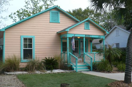 Tiki Palms Inn : Front house - clean and charming