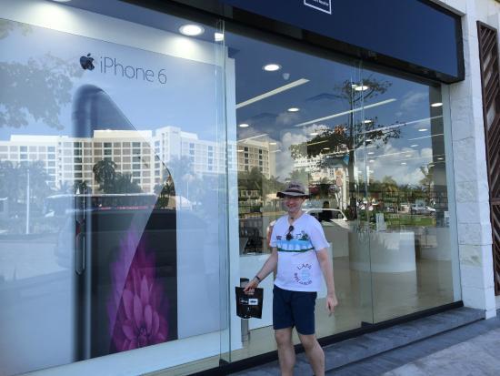 La Isla Shopping Village : Na loja da Apple