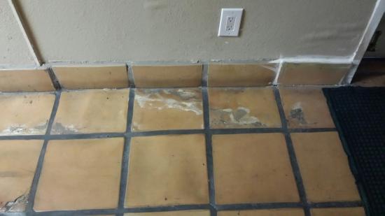 Quality Inn Santa Fe: Smelly, dirty hallway
