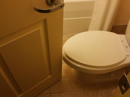 Staybridge Suites Wichita: Space between toilet and door