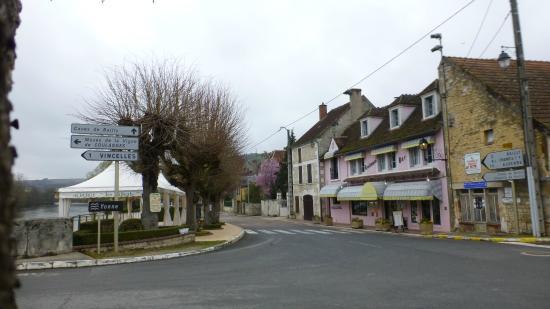 Restaurant Auberge les Tilleuls : Auberge les Tilleuls: la terrasse et l'auberge