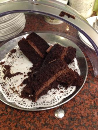 Brambridge Park Garden Centre Restaurant: Cake on display - destroyed, dry and drooping. Very disappointing.