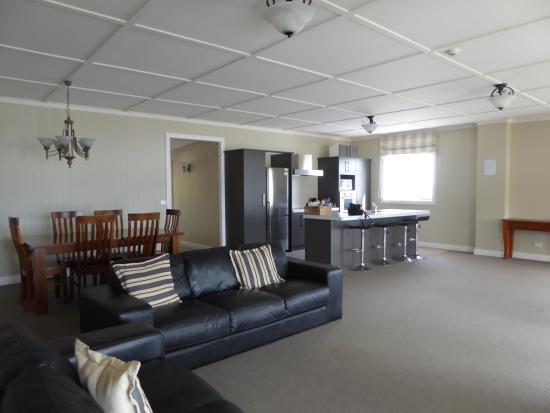 Waihau Bay Lodge: massive living room flat 1