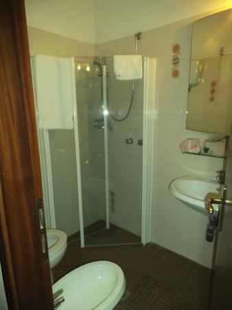 Bagno con doccia a pavimento foto di frate sole santa - Foto di bagni con doccia ...