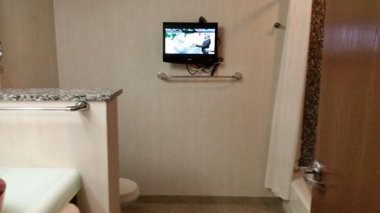 Comfort Suites: tv in the bathroom