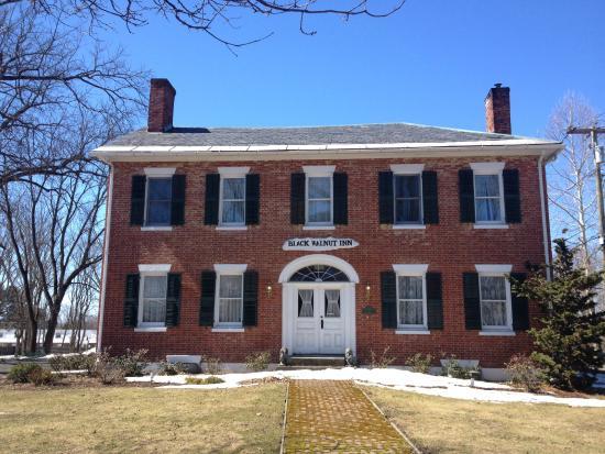 Black Walnut Inn: View of Inn from North Pleasant Street