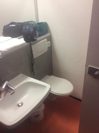Premiere Classe Rouen Nord - Bois Guillaume : the bathroom