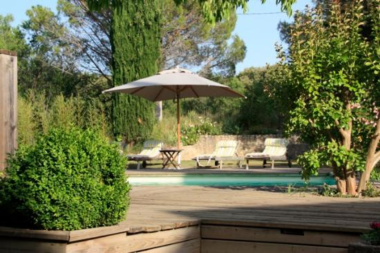 Le Mas du Bout' : Le calme de la piscine sous le soleil provencal