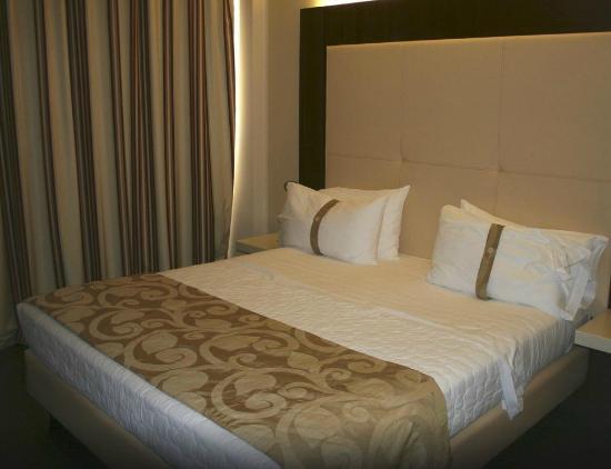 Il letto con doppi cuscini foto di grand hotel mattei ravenna