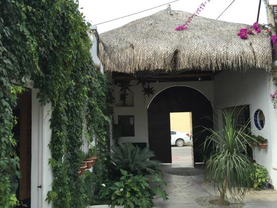 Los Milagros Hotel: This is the entryway coming in from the street.