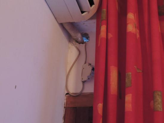 Hotel Tierra Colorada: Disyuntor colgando del aire acondicionado