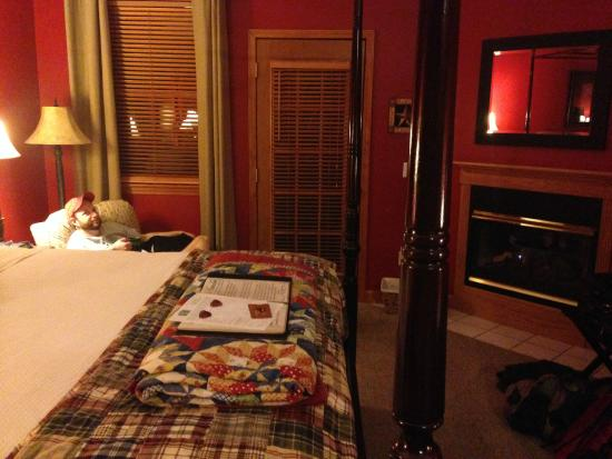Berry Springs Lodge: Fireplace, robes and a rocking chair