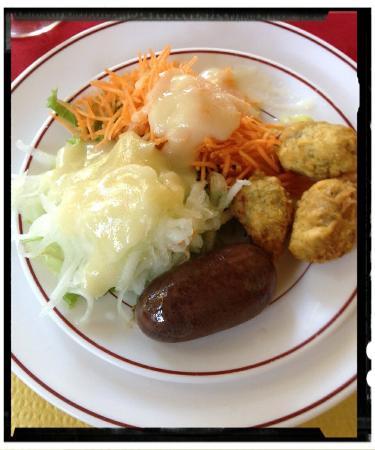 Le Louis d'Or: Entrée fraîcheur, poulet curcuma, Colombo de thon, blanc manger coco.