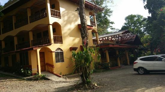 Hotel Las Tres Banderas: Hotel, piscina, parqueo y alrededores