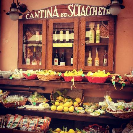 Cantina du Sciacchetra: Display outside the store