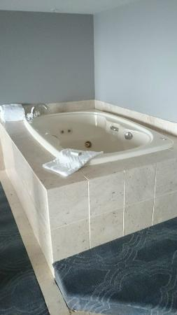 1 KING BED JUNIOR WHIRLPOOL SUITE 1 - Picture of Doubletree by ...