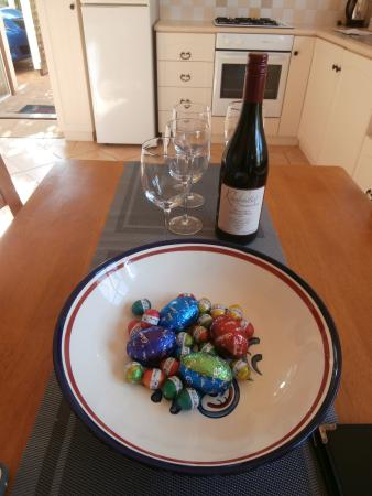 Big Brook Cottages: Beautiful bottle of wine and a bowl of Easter eggs on our arrival, gorgeous!