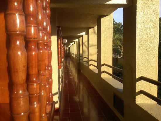Suites Colonial: Pleasant and spotless balcony hall