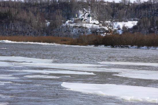 Chayka Resort Hotel: лед пошел, взгляд на другой берег, где монастырь