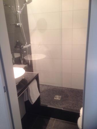 Modernes/Hochwertiges Badezimmer. - Bild von Motel One Hamburg ...