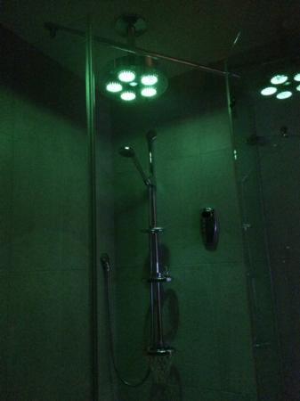 Inselklause: LED-Wellnessdusche