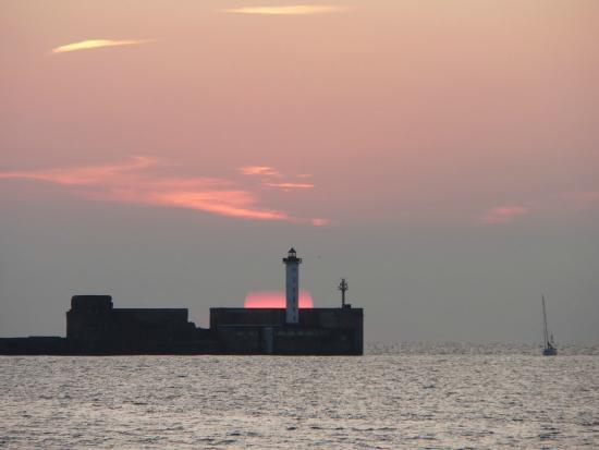 Ibis Boulogne Sur Mer Centre Les Ports : Couché de Soleil sur la digue Carnot