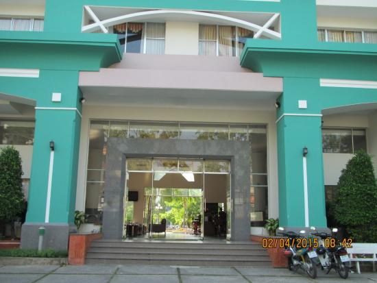 Que Huong Hotel: Front view