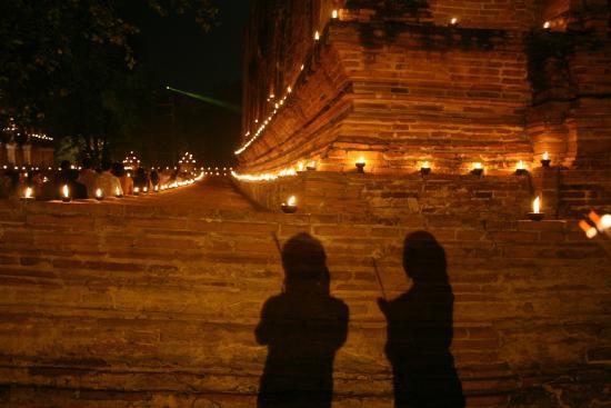 Wat Maheyong on the night of Makha Bucha