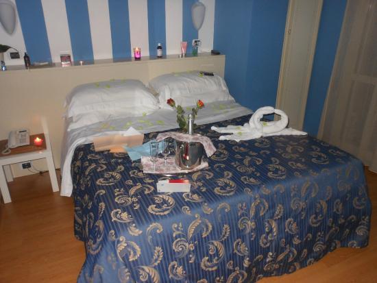 Hotel La Palazzina: Camera allestita da Marianna per la sorpresa (qualcosa è fuori posto a causa nostra)